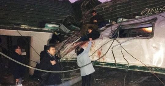 Tàu lửa trật đường ray ở Ý, máu chảy dọc thân tàu - Ảnh 6.