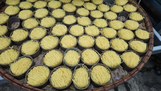 Hãi hùng 10 tấn mì sợi chứa hàn the và hàng loạt thực phẩm quá đát - Ảnh 1.