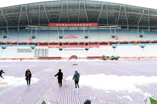 Chùm ảnh sân thi đấu chung kết U23 Việt Nam chạy đua với mưa tuyết - Ảnh 1.