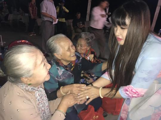 NS Phuong Lien an tet som voi Khu duong lao nghe si