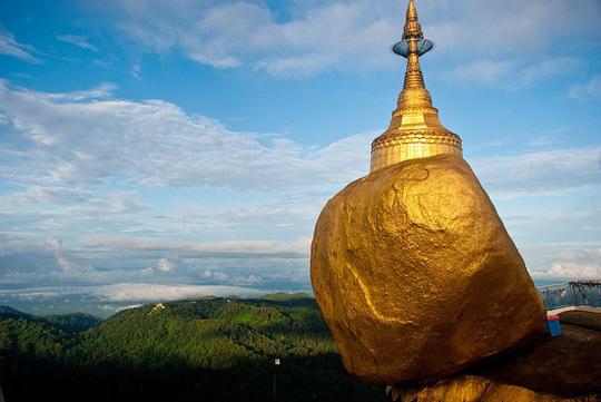 Kỳ lạ tảng đá dát vàng nằm chênh vênh trên núi nghìn năm - Ảnh 1.