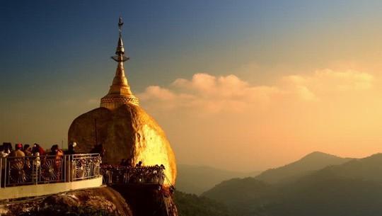 Kỳ lạ tảng đá dát vàng nằm chênh vênh trên núi nghìn năm - Ảnh 2.