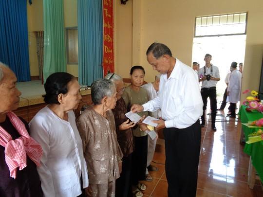 Tướng Tư Bốn trong chuyên án Năm Cam trao quà dân nghèo đón tết - Ảnh 2.