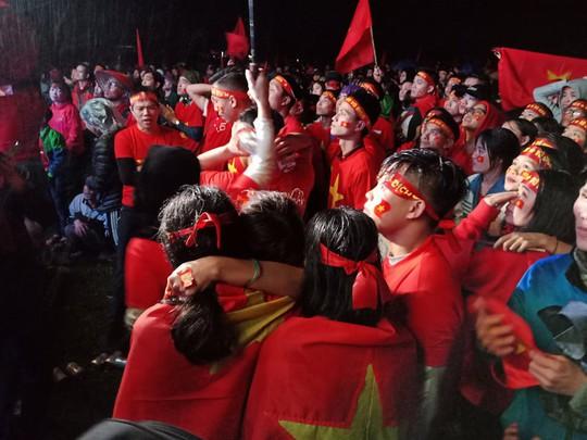 Người hâm mộ rơi lệ tiếc nuối bàn thua vào phút chót của U23 Việt Nam - Ảnh 1.