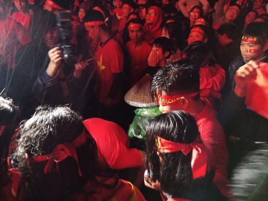 Người hâm mộ rơi lệ tiếc nuối bàn thua vào phút chót của U23 Việt Nam - Ảnh 2.