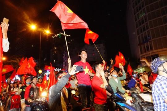 CĐV tràn ngập đường phố Sài Gòn dù U23 Việt Nam về nhì - Ảnh 1.