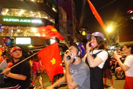 CĐV tràn ngập đường phố Sài Gòn dù U23 Việt Nam về nhì - Ảnh 2.