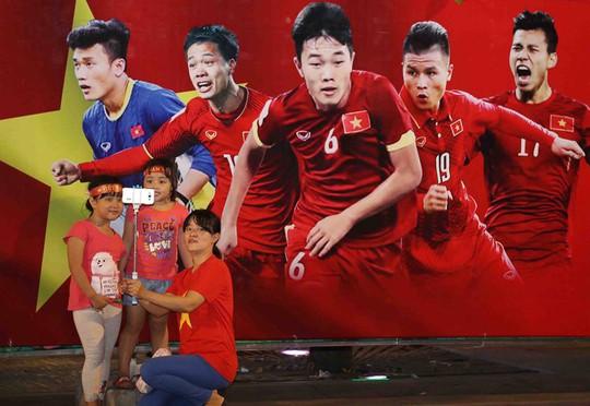 CĐV tràn ngập đường phố Sài Gòn dù U23 Việt Nam về nhì - Ảnh 20.