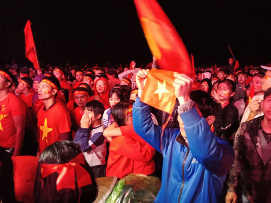 Người hâm mộ rơi lệ tiếc nuối bàn thua vào phút chót của U23 Việt Nam - Ảnh 3.