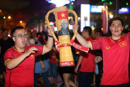 CĐV tràn ngập đường phố Sài Gòn dù U23 Việt Nam về nhì - Ảnh 21.