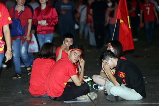 CĐV tràn ngập đường phố Sài Gòn dù U23 Việt Nam về nhì - Ảnh 15.