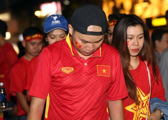 CĐV tràn ngập đường phố Sài Gòn dù U23 Việt Nam về nhì - Ảnh 14.