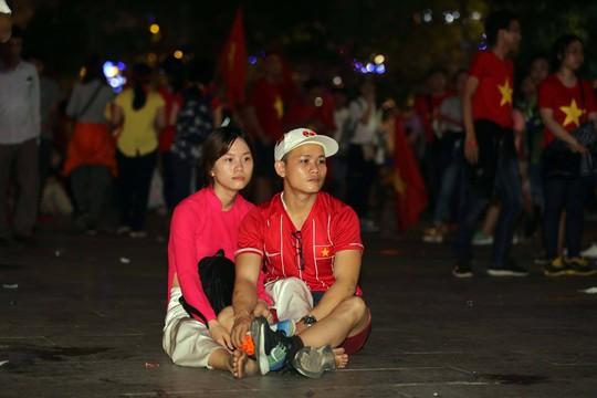 CĐV tràn ngập đường phố Sài Gòn dù U23 Việt Nam về nhì - Ảnh 13.