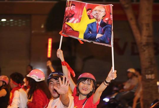 CĐV tràn ngập đường phố Sài Gòn dù U23 Việt Nam về nhì - Ảnh 22.