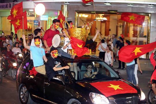 CĐV tràn ngập đường phố Sài Gòn dù U23 Việt Nam về nhì - Ảnh 23.