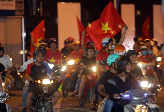 CĐV tràn ngập đường phố Sài Gòn dù U23 Việt Nam về nhì - Ảnh 19.