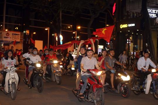 CĐV tràn ngập đường phố Sài Gòn dù U23 Việt Nam về nhì - Ảnh 18.