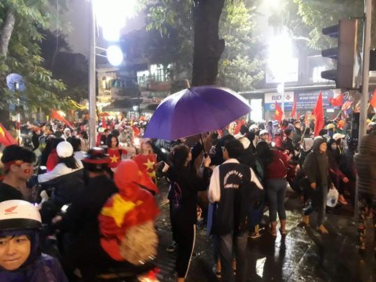 Biển người đổ về Hồ Gươm mừng kỳ tích của U23 Việt Nam dưới mưa - Ảnh 5.