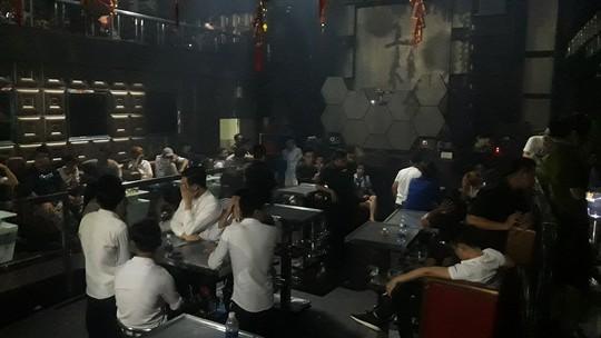 Đột kích quán bar ở Biên Hòa, lại phát hiện nhiều người dính ma túy - Ảnh 2.