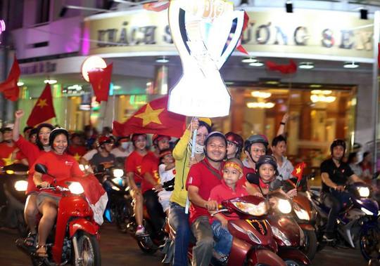 CĐV tràn ngập đường phố Sài Gòn dù U23 Việt Nam về nhì - Ảnh 24.