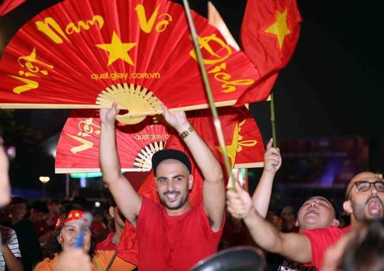 CĐV tràn ngập đường phố Sài Gòn dù U23 Việt Nam về nhì - Ảnh 25.