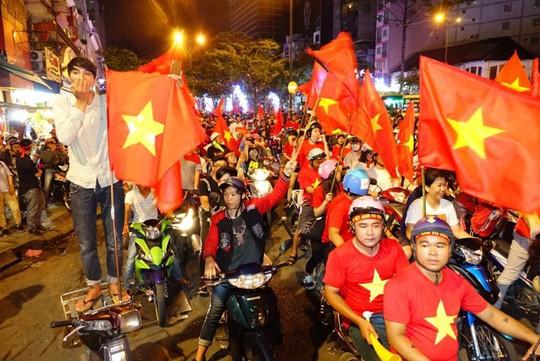 CĐV tràn ngập đường phố Sài Gòn dù U23 Việt Nam về nhì - Ảnh 3.