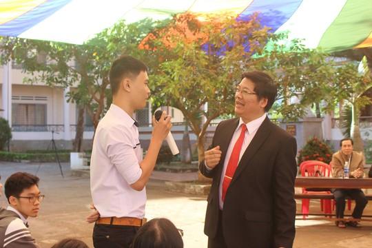 Thầy trò cổ vũ U23 VN làm nóng chương trình tư vấn tuyển sinh - Ảnh 1.