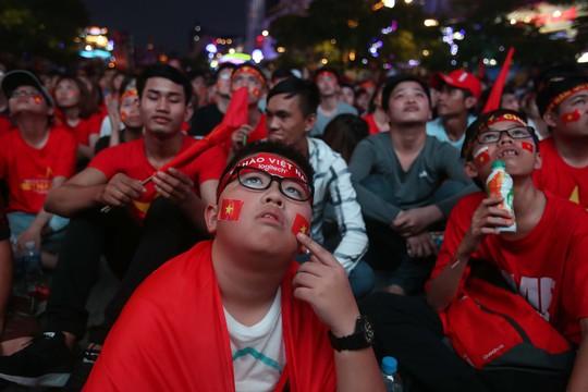 CĐV tràn ngập đường phố Sài Gòn dù U23 Việt Nam về nhì - Ảnh 4.