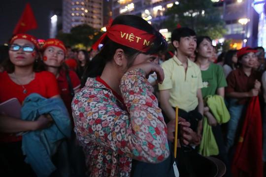 CĐV tràn ngập đường phố Sài Gòn dù U23 Việt Nam về nhì - Ảnh 8.