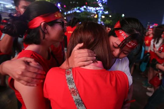 CĐV tràn ngập đường phố Sài Gòn dù U23 Việt Nam về nhì - Ảnh 6.