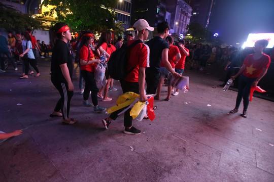 CĐV tràn ngập đường phố Sài Gòn dù U23 Việt Nam về nhì - Ảnh 17.