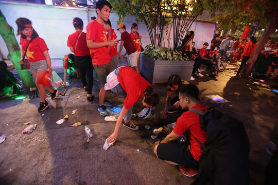 CĐV tràn ngập đường phố Sài Gòn dù U23 Việt Nam về nhì - Ảnh 16.