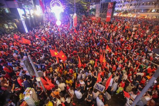 CĐV tràn ngập đường phố Sài Gòn dù U23 Việt Nam về nhì - Ảnh 11.