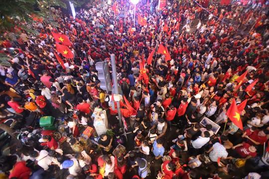 CĐV tràn ngập đường phố Sài Gòn dù U23 Việt Nam về nhì - Ảnh 10.