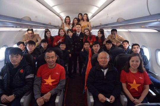 Vietjet lên tiếng về sự cố bikini trên máy bay đón đội U23 Việt Nam về nước - Ảnh 1.