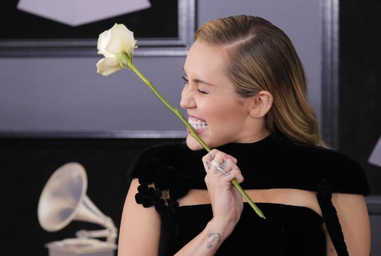 Hoa hồng trắng ngập thảm đỏ Grammy 2018 - Ảnh 11.