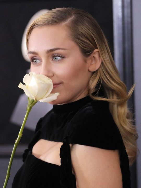 Hoa hồng trắng ngập thảm đỏ Grammy 2018 - Ảnh 10.