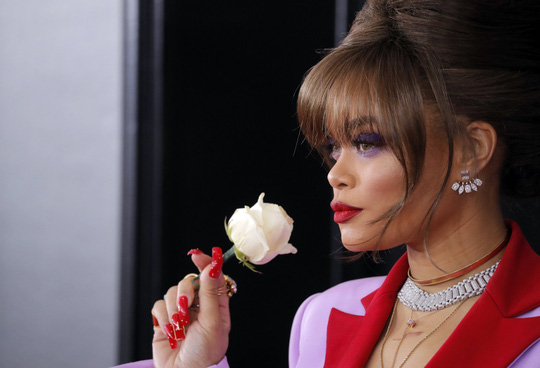 Hoa hồng trắng ngập thảm đỏ Grammy 2018 - Ảnh 12.