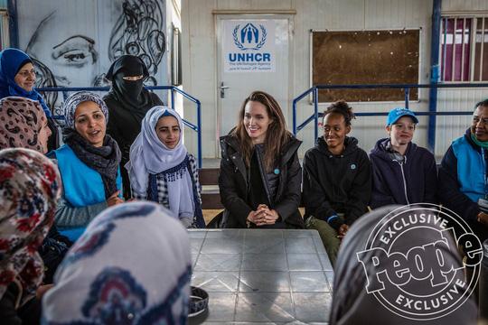 Angelina Jolie đưa hai con đến thăm trại tị nạn - Ảnh 3.