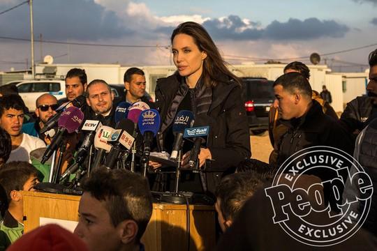 Angelina Jolie đưa hai con đến thăm trại tị nạn - Ảnh 2.