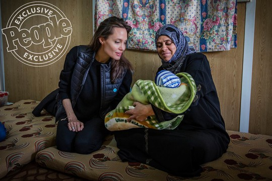 Angelina Jolie đưa hai con đến thăm trại tị nạn - Ảnh 4.