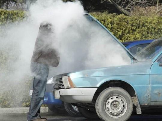 Làm gì khi động cơ ô tô quá nóng? - Ảnh 1.