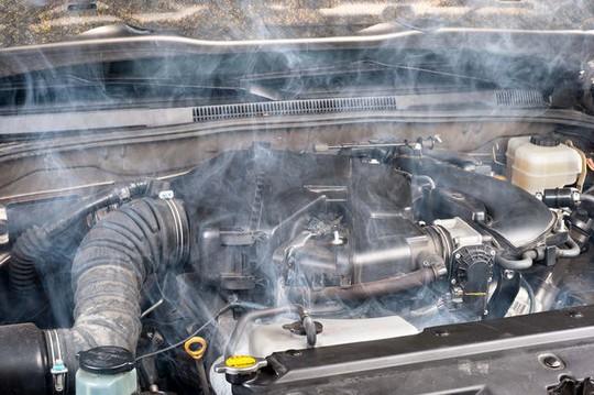 Làm gì khi động cơ ô tô quá nóng? - Ảnh 2.