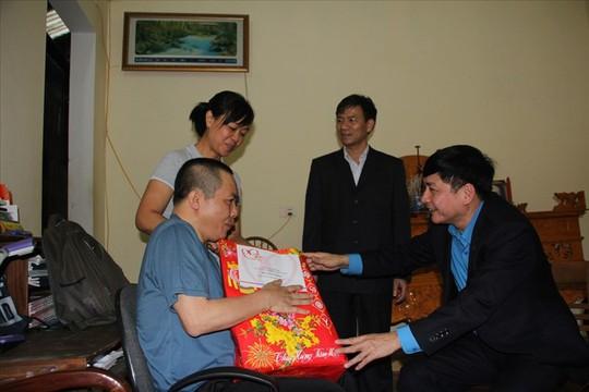 Chủ tịch Tổng LĐLĐ Việt Nam tặng quà Tết cho thầy cô giáo vùng biên giới - Ảnh 3.