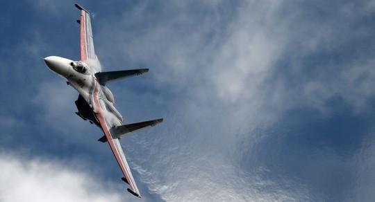 """Đối đầu trên biển: Chiến đấu cơ Nga """"phụt khói"""" vào máy bay do thám Mỹ - Ảnh 1."""