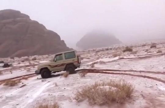 Kinh ngạc tuyết phủ trắng sa mạc ở Trung Đông - Ảnh 3.