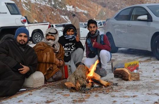 Kinh ngạc tuyết phủ trắng sa mạc ở Trung Đông - Ảnh 2.