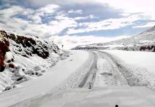 Kinh ngạc tuyết phủ trắng sa mạc ở Trung Đông - Ảnh 8.