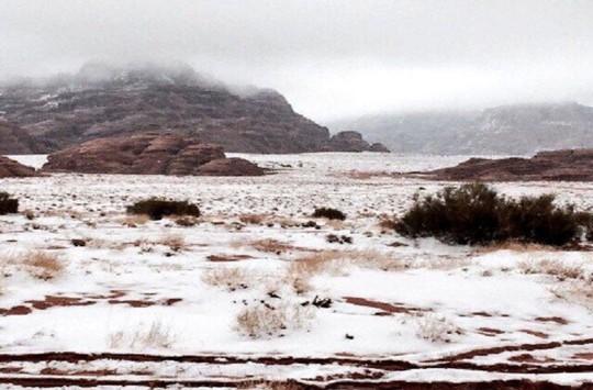 Kinh ngạc tuyết phủ trắng sa mạc ở Trung Đông - Ảnh 9.