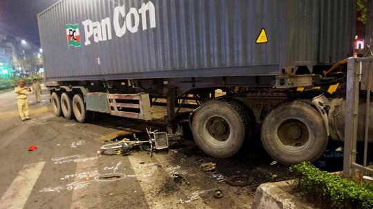 """'. Ô tô chở 4 người nước ngoài lật như phim sau tai nạn """"kép"""" .'"""